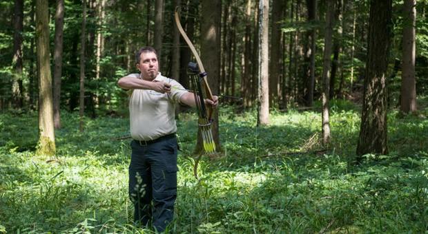 """Volker Siebert, 40, leitet in dritter Generation die Bogenwerkstatt """"Siebert Bogensport und Bogenbau"""" im bayerischen Wemding."""
