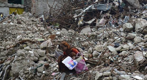 Eine Hinterbliebende in den Trümmern einer eingestürzten Textilfabrik in Bangladesch.