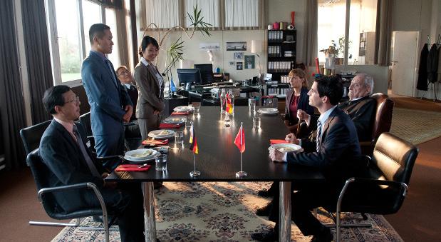 Aus Konkurrenten will Michael Bogenbauer (Christoph Bach, rechts vorne) beim Geschäftsessen Partner machen.