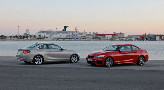 Der neue 2er Coupé, rechts das Top-Modell BMW M 235i.