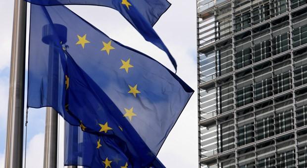 Die Europa-Flagge vor dem Sitz der EU-Kommission in Brüssel.