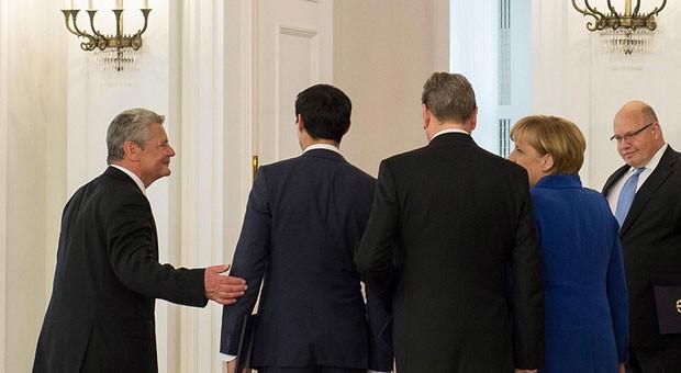 Bundespräsident Joachim Gauck verabschiedet Bundeskanzlerin Angela Merkel und ihre Minister nach ihrer Entlassung am 23. Oktober.