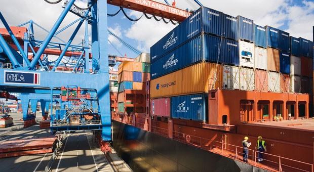 """Die """"Dublin Express"""" wird im Hamburger Hafen beladen."""