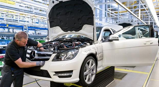 Frontmodulmontage der C-Klasse im Mercedes-Benz Werk Bremen