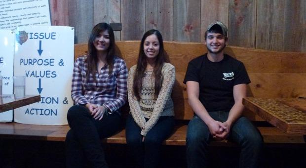 Lernen für den Job - und fürs Leben: Drei junge Mitarbeiter bei Nick's Pizza & Pub