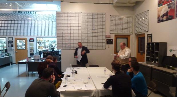 Der Besprechungsraum von Tasty Catering: An der Wand hängen Tafeln, an denen die Mitarbeiter ihre Zahlen eintragen.