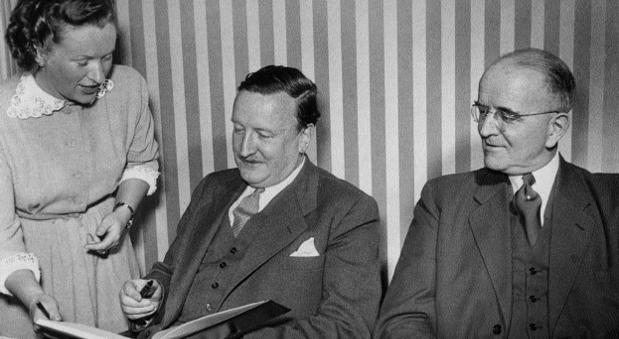 Die KfW-Chefs 1949: Hermann J. Abs und Otto Schniewind mit der ersten Vorstandssekretärin Margret Bartels.