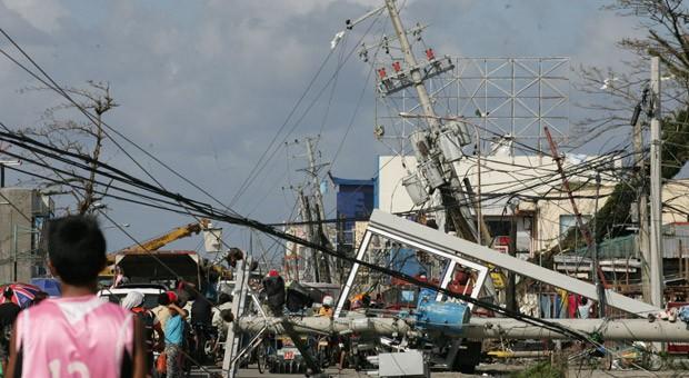 """Die Wucht der Zerstörung durch den Taifun """"Haiyan"""" traf besonders die Region um die Stadt Tacloban auf den Philippinen, Tausende Menschen starben, Häuser und auch Strommasten wurden zerstört."""