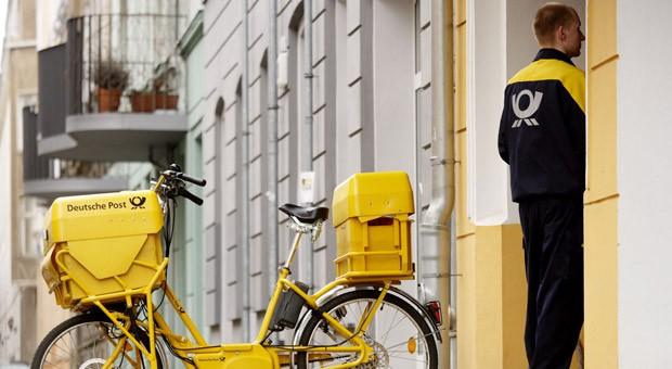 Ein Postbote der Deutschen Post
