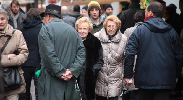 Senioren in einer Fußgängerzone.
