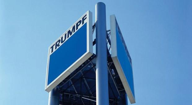 Firmenschild an der Zentrale des Maschinenbauers Trumpf in Ditzingen