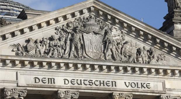 Das Portal über dem Eingang des Reichtstagsgebäudes in Berlin