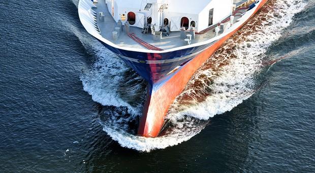 Ein Frachter auf der Überfahrt. Entschwefelungsanlagen werden v.a. bei neuen Schiffen eingebaut.