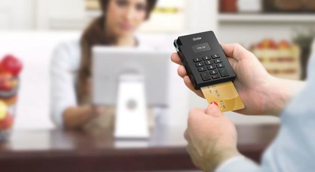 Mit dem Kartenlesegerät von izettl können Unternehmen gegen Gebühr Zahlungen per Smartphone abwickeln