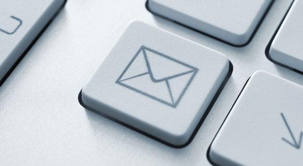 Private E-Mails am Arbeitsplatz zu schreiben, kann vom Arbeitgeber verboten, erlaubt oder geduldet werden. Auf der sicheren Seite sind Unternehmer, wenn sie klare Regeln vorgeben.