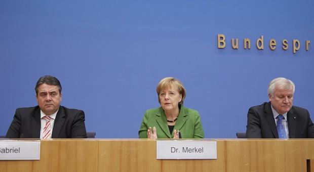 Die drei Parteivorsitzenden Sigmar Gabriel (SPD), Angela Merkel (CDU) und Horst Seehofer (CSU) während des Vorstellung des Koalitionsvertrags in Berlin.