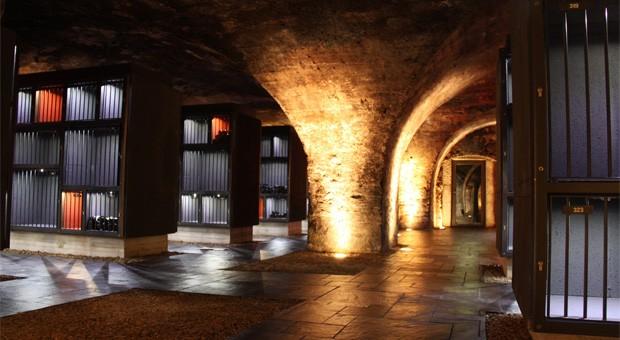 """Zugang mit Chipkarte: im Gewölbekeller des Weinguts Balthasar Ress gibt es eine """"Winebank"""""""