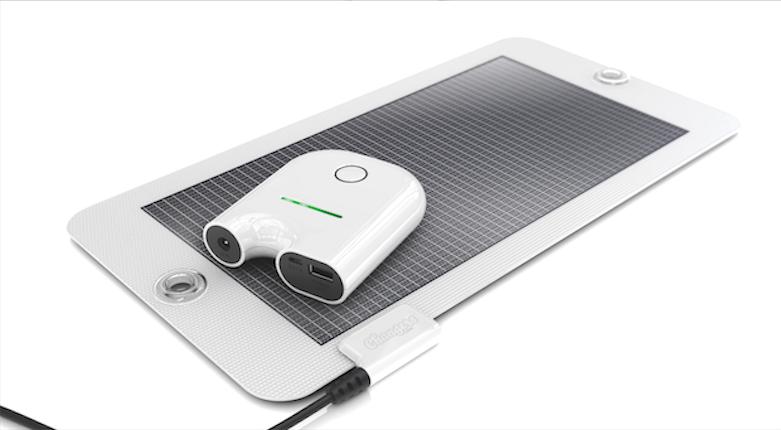 Smartphone-Stütze: Eher für den Sommer geeignet ist die Designkombination aus Solarzelle Maroshi und dem Akku Kalhuofummi, 149 Euro. www.changers.com