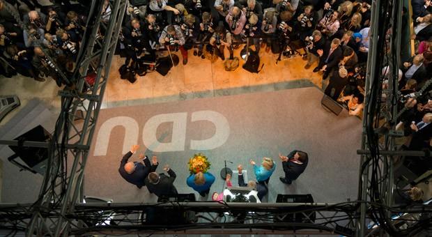 Bundesumweltminister Peter Altmaier, CDU-Generalsekretär Hermann Gröhe, Parteichefin Angela Merkel und weitere Parteimitglieder feiern den Wahlsieg der CDU im Konrad-Adenauer-Haus in Berlin.