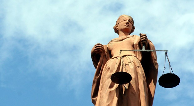 Die römische Göttin Justitia: Die Waage symbolisiert die ausgleichende Gerechtigkeit. Die Augenbinde gilt als Zeichen dafür, dass ihr Urteil unabhängig vom Ansehen der Person ist.