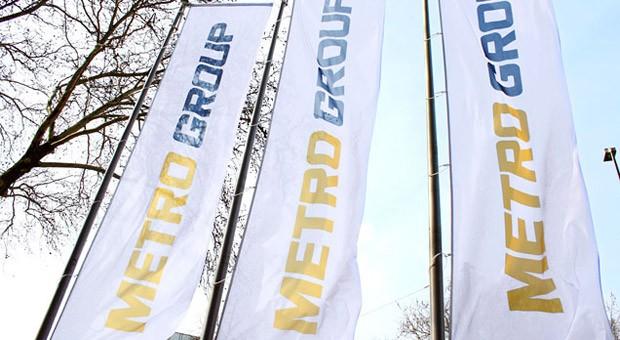 Fahnen vor der Zentrale der Metro-Gruppe in Düsseldorf
