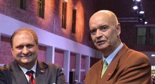 ZDH-Präsident Otto Kentzler (re.) und der neu gewählte Präsident Hans Peter Wollseifer.