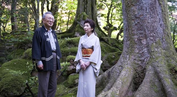 Zengoro Hoshi (74) und seine Frau Chizuko Hoshi (69) im Garten des traditionellen Ryokans Hoshi Onsen.