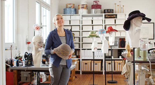 Die Modistin Anja Kaninck stellt in ihrem Atelier in Hamburg vor allem Damenhüte her