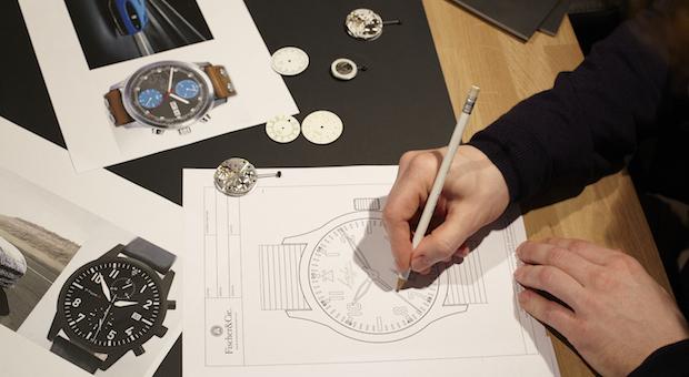 Handwerk: Christopher Graf entwirft eine Uhr nach den Kundenwünschen. Fünf Monate kann es dauern, bis so ein Stück fertig ist.
