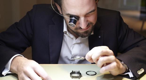Maßarbeit: Axel Kmonitzek von Fischer & Cie. setzt einen Chronometer zusammen