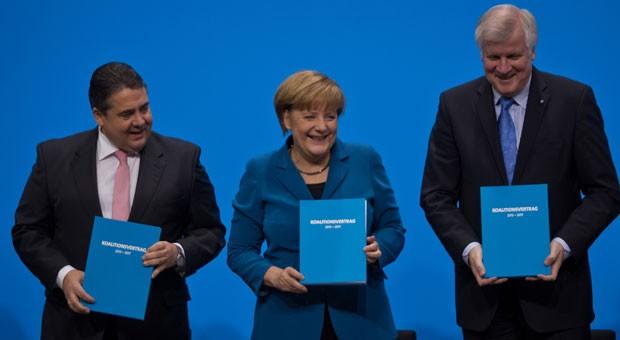 Die drei Parteivorsitzenden Sigmar Gabriel (SPD), Angela Merkel (CDU) und Horst Seehofer (CSU) nach der Unterzeichnung des Koalitionsvertrags.