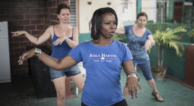 Tanzstunde auf der Dachterrasse von Manolo in der Calle Cuba: Tanzlehrerin Adahina bringt zwei Tanzschülerinnen kubanischen Rhytmus bei. © Joanna Nottebrock