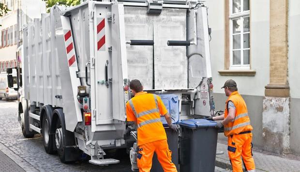 Platz 8: Müllmann. Die Mitarbeiter von Müllabfuhren steigen jedes Jahr im Ranking ein Stückchen weiter auf, seit 2013 halten sie sich auf Platz 8.