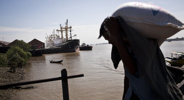 Myanmar: Ein Schiff entlädt Reis am Yangon Fluss.