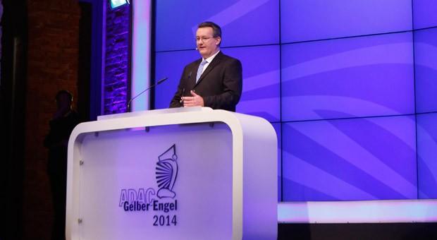 """ADAC-Geschäftsführer Karl Obermair bei der Verleihung des Autopreises """"Gelber Engel"""" am 16. Januar 2014."""