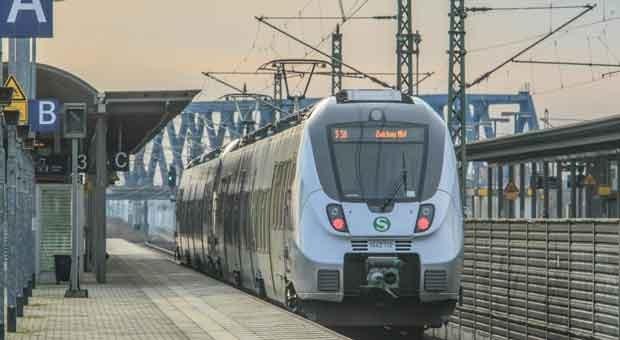 Eine S-Bahn im Bahnhof Leipzig Messe