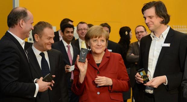 Im vergangenen Jahr besuchte Angela Merkel auf der IT-Messe Cebit den Stand der Firma Secusmart - und ließ sich abhörsichere Handys zeigen.