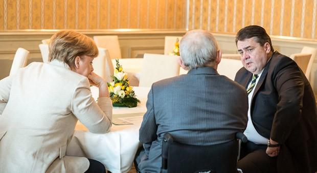 Bundeskanzlerin Angela Merkel, Finanzminister Wolfgang Schäuble und Wirtschaftsminister Sigmar Gabriel während einer Besprechung vor einer Kabinettssitzung in Schloss Meseberg.