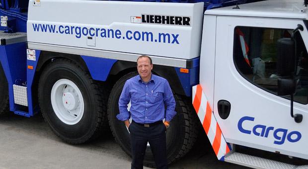 Tobias Böhler führt seit diesem Jahr die Geschäfte der neuen Liebherr Vertriebs- und Servicegesellschaft in Mexiko City. Mit den Kränen baut man dort ein zweites Autobahnstockwerk.