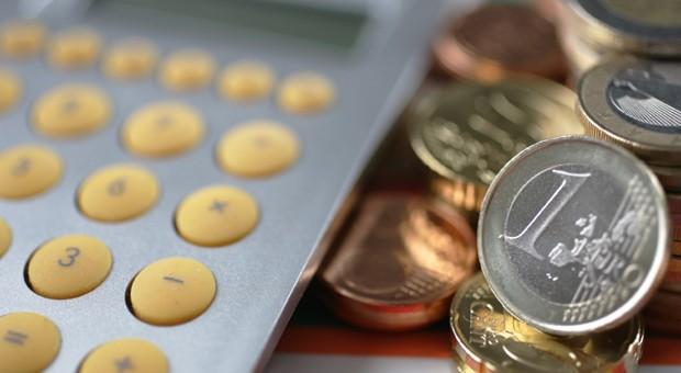 Bank_Geld_Zinsen_Einkauf_Taschenrechner und Muenzgeld