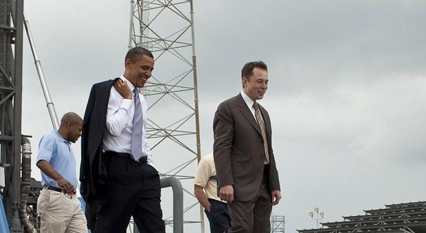 Elon Musk (re.) und US-Präsident Barack Obama über das Gelände am Cape Canaveral in Florida.
