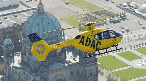 Einsatz eines ADAC-Rettungshubschraubers.
