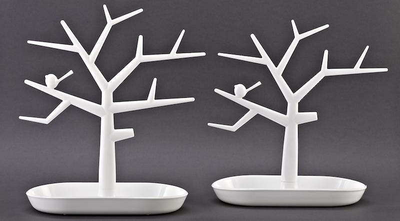 ... für einen Schmuckbaum, der im Original (l.) von der Firma koziol »ideas for friends aus Erbach stammt. Rechts das Plagiat eines unbekannten Herstellers aus Korea.