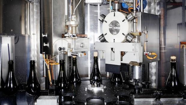 Bereit für den Plopp: Wenn die Verpackungsmaschine die Goldfolie auf den Flaschenhals legt, ist der Raumlandsekt fertig.