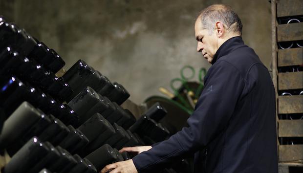 Versuchsflaschen und Schätzchen für den Eigengebrauch rüttelt Winzer Volker Raumland noch selbst.