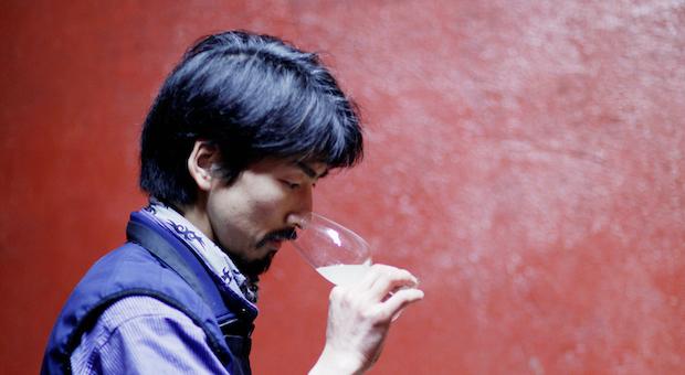 Der japanische Kellermeister Kaise Kazuyuki bei einer Probe.