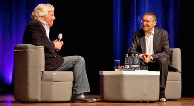 """Richard Branson (links) bei der Veranstaltung """"Light the Fire"""" in Hamburg"""