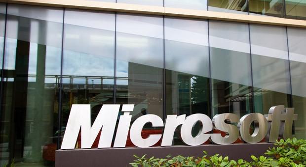Das Microsoft-Logo vor der Unternehmenszentrale