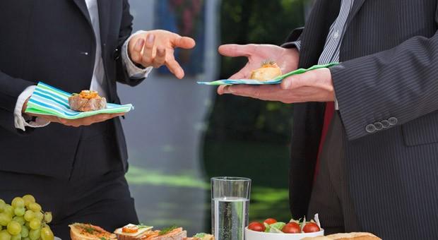Smalltalk soll vor Besprechungen, auf Messe-Empfängen oder beim Kundenbesuch eine angenehme Atmosphäre schaffen.