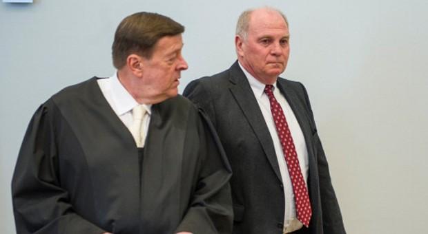 Uli Hoeneß und sein Verteidiger während des Prozesses in München: Das Landgericht hatte den Ex-Präsidenten des FC Bayern München im März zu einer Haftstrafe von drei Jahren und sechs Monaten verurteilt.